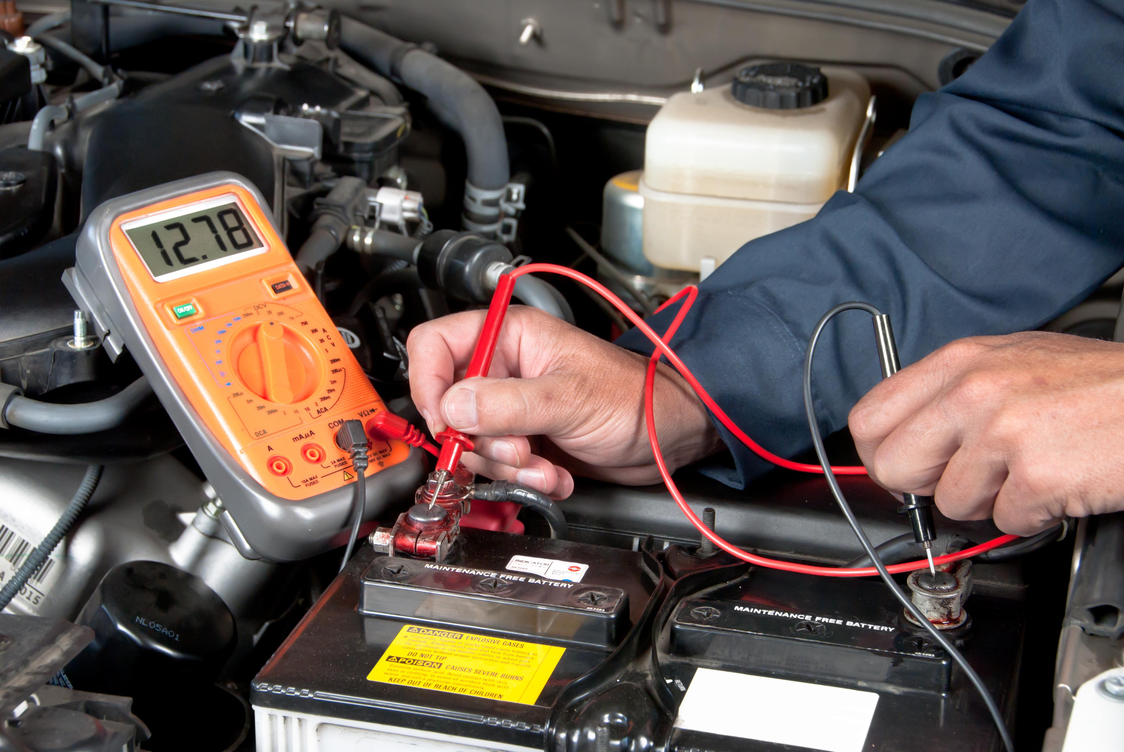 Autobatterie, Batterie, 12V, 12 Volt, Kfz, Batterie tauschen, Starthilfe, Überbrücken, Auto springt nicht an, Batterie prüfen